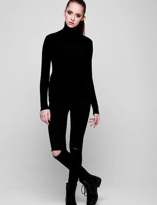 Come indossare e abbinare: dolcevita nero, jeans aderenti strappati neri, stivali piatti stringati in pelle neri