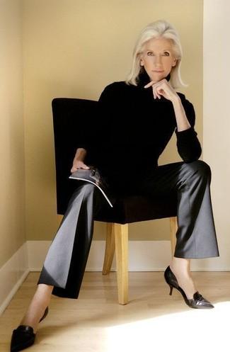 Come indossare e abbinare: dolcevita nero, pantaloni larghi neri, décolleté in pelle neri