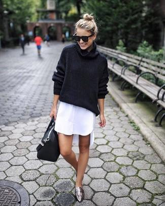 Come indossare: dolcevita di lana nero, vestito chemisier bianco, mocassini eleganti in pelle argento, borsa shopping in pelle nera