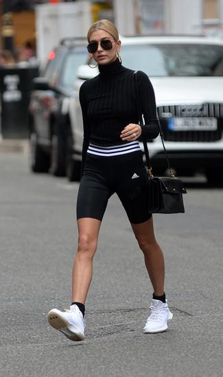 Come indossare: dolcevita nero, pantaloncini ciclisti neri e bianchi, scarpe sportive bianche, borsa a tracolla in pelle nera