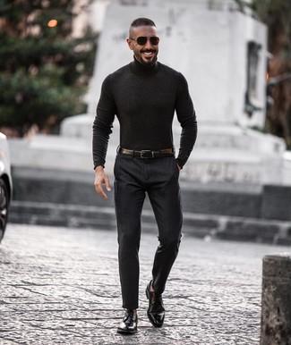 Come indossare e abbinare: dolcevita grigio scuro, pantaloni eleganti grigio scuro, scarpe derby in pelle nere, cintura in pelle nera