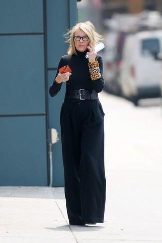 Come indossare e abbinare: dolcevita nero, pantaloni larghi neri, stivaletti in pelle neri, cintura a vita alta in pelle nera