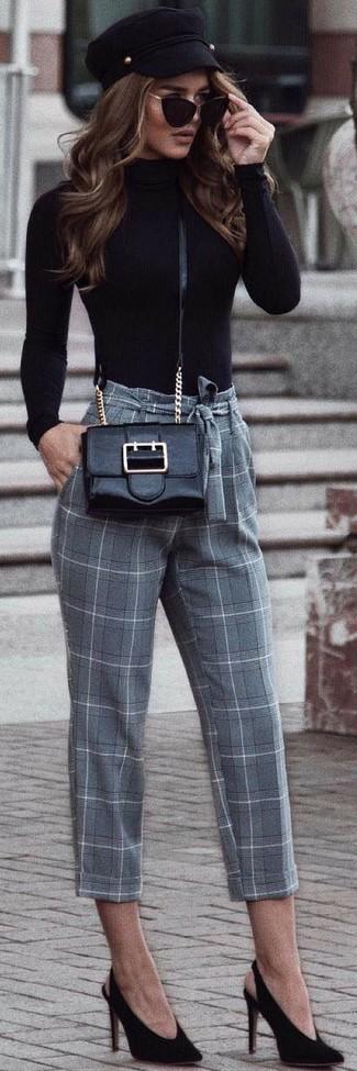 Come indossare: dolcevita nero, pantaloni stretti in fondo a quadri grigi, décolleté in pelle scamosciata neri, borsa a tracolla in pelle nera