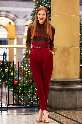 Come indossare: dolcevita decorato bordeaux, pantaloni stretti in fondo rossi, décolleté in pelle dorati, cintura in pelle nera