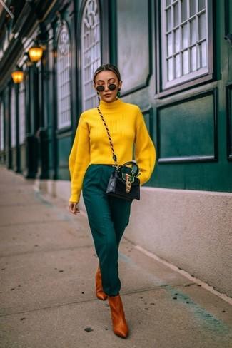 Come indossare e abbinare: dolcevita giallo, pantaloni stretti in fondo verde scuro, stivaletti in pelle terracotta, borsa a tracolla in pelle nera