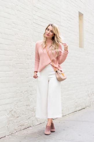 Come indossare e abbinare sabot in pelle scamosciata rosa: Prova ad abbinare un dolcevita rosa con una gonna pantalone bianca per un outfit comodo ma studiato con cura. Sfodera il gusto per le calzature di lusso e scegli un paio di sabot in pelle scamosciata rosa.