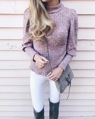 Come indossare e abbinare: dolcevita rosa, jeans aderenti bianchi, stivali sopra il ginocchio in pelle scamosciata grigio scuro, borsa a tracolla in pelle scamosciata grigia