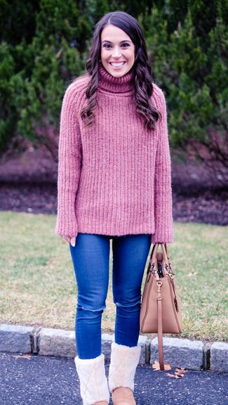 Come indossare e abbinare una borsa shopping in pelle rosa: Prova ad abbinare un dolcevita lavorato a maglia rosa con una borsa shopping in pelle rosa per un look spensierato e alla moda. Non vuoi calcare troppo la mano con le scarpe? Prova con un paio di stivali ugg rosa per la giornata.
