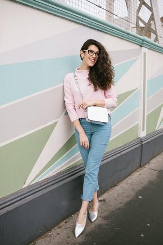 Come indossare: dolcevita rosa, jeans azzurri, mocassini eleganti in pelle argento, borsa a tracolla in pelle bianca