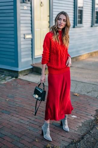 Come indossare e abbinare: dolcevita lavorato a maglia rosso, gonna longuette rossa, stivaletti in pelle scamosciata grigi, borsa a tracolla in pelle nera