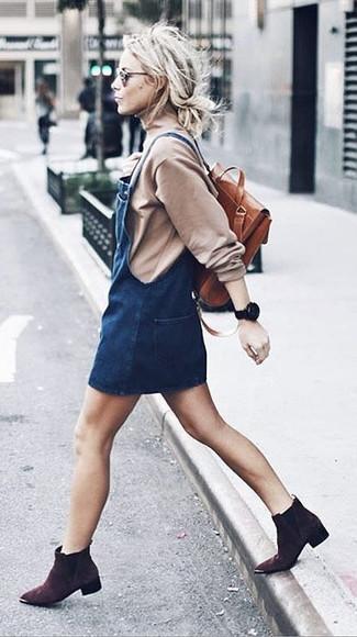 Come indossare: dolcevita beige, scamiciato di jeans blu scuro, stivaletti in pelle scamosciata marrone scuro, zaino in pelle terracotta