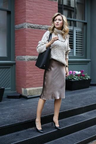 Come indossare e abbinare: dolcevita lavorato a maglia beige, sottoveste di seta grigia, décolleté in pelle neri, borsa shopping in pelle nera