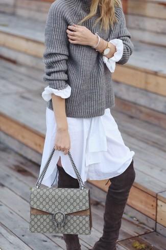 Come indossare e abbinare: dolcevita lavorato a maglia grigio, vestito chemisier bianco, stivali sopra il ginocchio in pelle scamosciata grigio scuro, cartella di tela beige