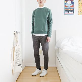 Moda ragazzo adolescente: Potresti abbinare una felpa verde menta con una camicia a maniche corte bianca per vestirti casual. Sneakers basse in pelle bianche sono una validissima scelta per completare il look.
