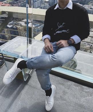 Come indossare e abbinare una felpa stampata nera e bianca: Mostra il tuo stile in una felpa stampata nera e bianca con jeans azzurri per un pranzo domenicale con gli amici. Sneakers basse in pelle bianche sono una validissima scelta per completare il look.