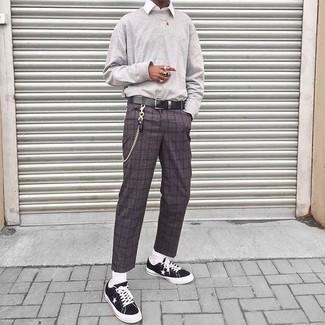 Come indossare e abbinare: felpa grigia, camicia elegante bianca, pantaloni eleganti di lana a quadri grigio scuro, sneakers basse di tela nere