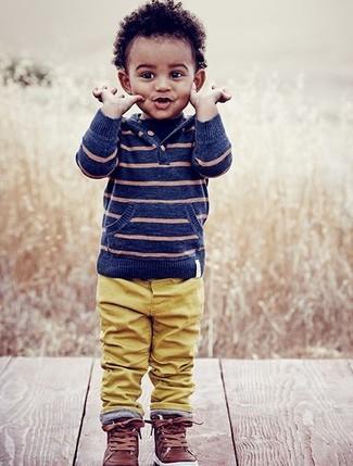 Come indossare: felpa con cappuccio a righe orizzontali blu, pantaloni senapi, sneakers in pelle marroni