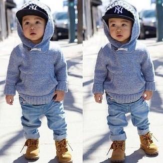 Come indossare: felpa con cappuccio azzurra, jeans azzurri, stivali marrone chiaro, berretto da baseball nero