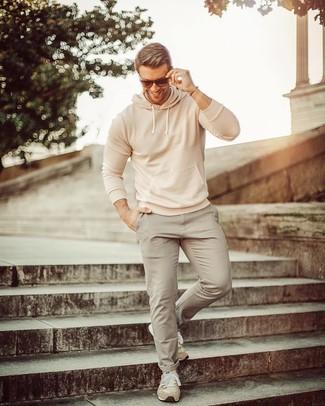 Come indossare: felpa con cappuccio beige, chino grigi, scarpe sportive in pelle scamosciata beige