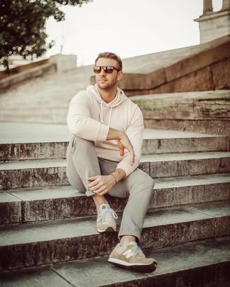 Come indossare: felpa con cappuccio beige, chino grigi, scarpe sportive in pelle scamosciata marrone chiaro, occhiali da sole marrone scuro