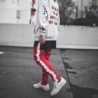 8a9c55905d Look alla moda per uomo: Felpa con cappuccio stampata beige, T-shirt ...