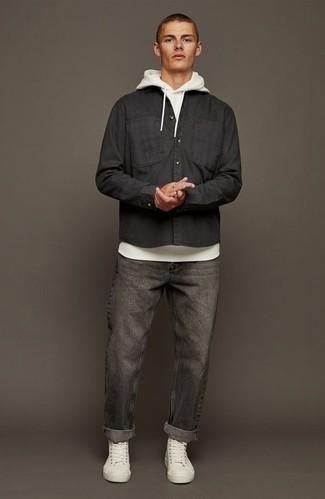 Come indossare e abbinare una camicia a maniche lunghe nera: Prova a combinare una camicia a maniche lunghe nera con jeans grigio scuro per un pranzo domenicale con gli amici. Se non vuoi essere troppo formale, opta per un paio di sneakers alte di tela bianche.