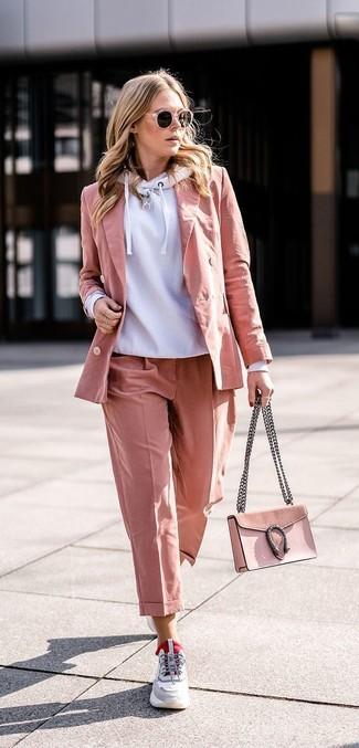 Se sei tipo da jeans e maglietta, ti piacerà questo semplice abbinamento di una felpa con cappuccio grigia e occhiali da sole rosa per donna di Michael Kors. Per distinguerti dagli altri, scegli un paio di scarpe sportive grigie come calzature.