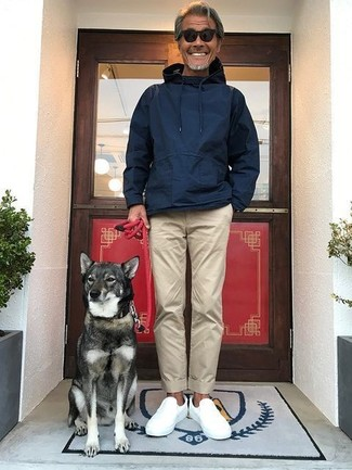 Come indossare: felpa con cappuccio blu scuro, chino beige, sneakers senza lacci bianche, occhiali da sole neri