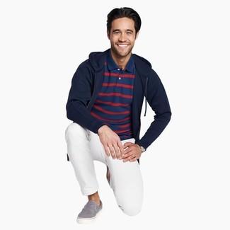Come indossare e abbinare: felpa con cappuccio blu scuro, polo a righe orizzontali blu scuro, chino bianchi, sneakers senza lacci di tela grigie