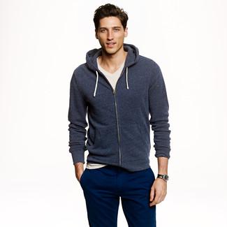 Come indossare: felpa con cappuccio blu scuro, t-shirt con scollo a v beige, chino blu scuro