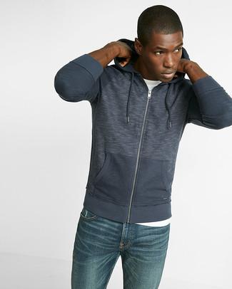 Come indossare: felpa con cappuccio blu scuro, t-shirt girocollo bianca, jeans blu