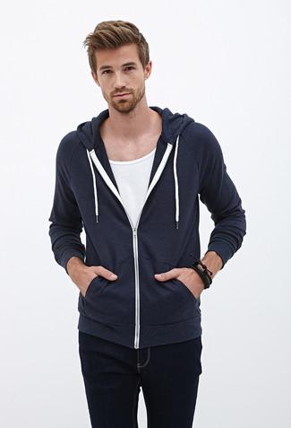 Come indossare: felpa con cappuccio blu scuro, t-shirt girocollo bianca, jeans neri