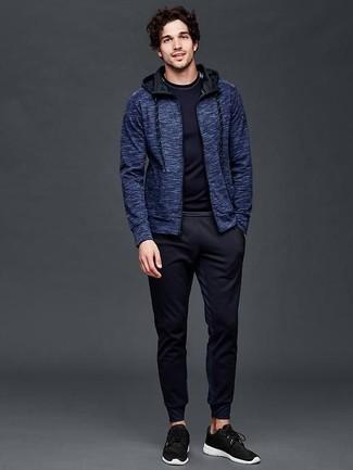 Come indossare: felpa con cappuccio blu scuro, t-shirt manica lunga blu scuro, pantaloni sportivi blu scuro, scarpe sportive nere