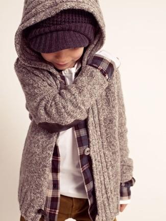 Come indossare e abbinare: felpa con cappuccio grigia, camicia a maniche lunghe blu scuro, camicia a maniche lunghe bianca, pantaloni terracotta