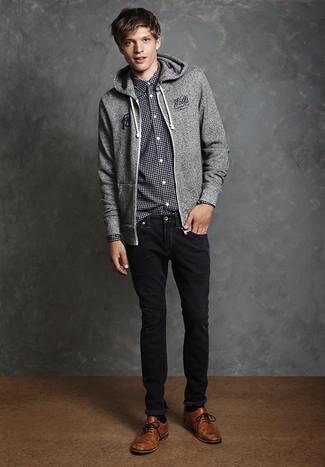 5a932165c6 Look alla moda per uomo: Felpa con cappuccio grigia, Camicia a ...
