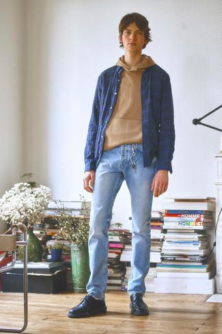 Moda ragazzo adolescente: Indossa una felpa con cappuccio marrone chiaro e jeans azzurri per un fantastico look da sfoggiare nel weekend. Sfodera il gusto per le calzature di lusso e mettiti un paio di scarpe derby in pelle nere.
