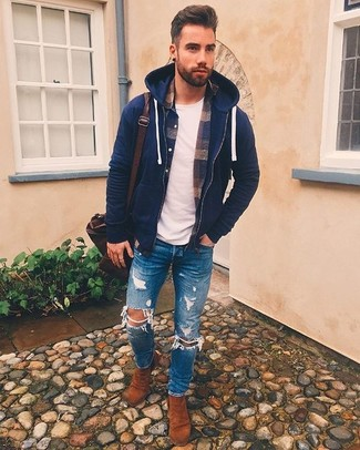 Come indossare: felpa con cappuccio blu scuro, camicia a maniche lunghe di flanella scozzese blu scuro, t-shirt girocollo bianca, jeans aderenti strappati blu