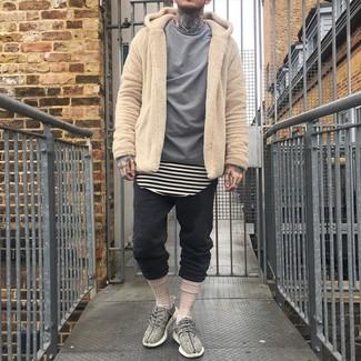 Come indossare: felpa con cappuccio di pile marrone chiaro, camicia a maniche lunghe grigia, t-shirt girocollo a righe orizzontali beige, pantaloni sportivi neri