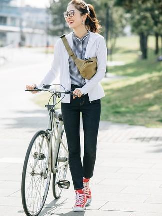 Come indossare: felpa con cappuccio bianca, camicia elegante a quadretti nera e bianca, jeans aderenti blu scuro, sneakers alte di tela rosse