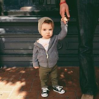 Come indossare e abbinare: felpa con cappuccio grigia, canotta bianca, jeans verde oliva, sneakers nere