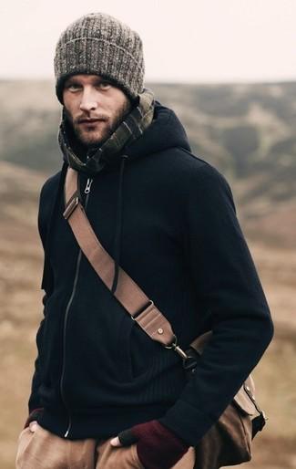 Come indossare: felpa con cappuccio blu scuro, chino marrone chiaro, borsa a tracolla marrone, berretto grigia
