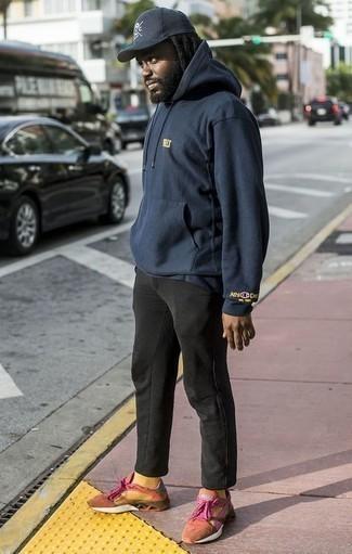 Come indossare e abbinare una felpa con cappuccio blu scuro: Opta per una felpa con cappuccio blu scuro e chino neri per un look spensierato e alla moda. Opta per un paio di scarpe sportive arancioni per un tocco più rilassato.