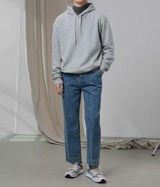 Come indossare e abbinare un dolcevita grigio scuro: Abbina un dolcevita grigio scuro con jeans blu per un look spensierato e alla moda. Aggiungi un tocco fantasioso indossando un paio di scarpe sportive grigie.