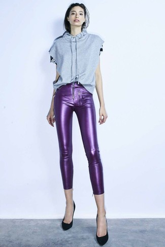 Come indossare: felpa con cappuccio e maniche corte grigia, pantaloni skinny in pelle viola, décolleté in pelle scamosciata neri