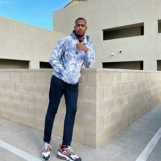 Trend da uomo 2020 in modo rilassato: Prova a combinare una felpa con cappuccio effetto tie-dye grigia con pantaloni sportivi blu scuro per una sensazione di semplicità e spensieratezza. Scarpe sportive bianche e rosse e blu scuro sono una valida scelta per completare il look.