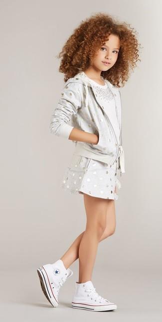 Come indossare: felpa con cappuccio a pois grigia, t-shirt decorata bianca, gonna a pois grigia, sneakers bianche