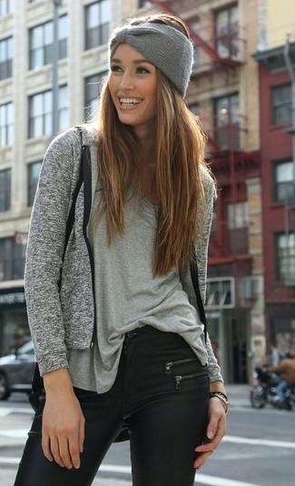 Come indossare e abbinare: felpa con cappuccio grigia, t-shirt con scollo a v grigia, jeans aderenti in pelle neri, cerchietto lavorato a maglia grigio