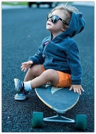 Come indossare: felpa con cappuccio grigio scuro, pantaloncini arancioni, sneakers blu, calzini bianchi
