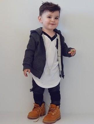 Come indossare: felpa con cappuccio grigio scuro, t-shirt bianca, pantaloni sportivi neri, stivali marrone chiaro