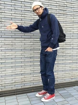 Come indossare e abbinare una felpa con cappuccio blu scuro: Vestiti con una felpa con cappuccio blu scuro e jeans blu scuro per un look trendy e alla mano. Rifinisci questo look con un paio di sneakers basse di tela rosse.